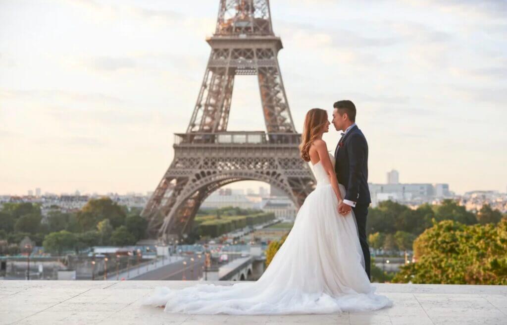 Молодожёны на фоне Эйфелевой башни.
